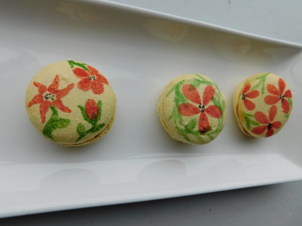 How to decorate macarons with paint